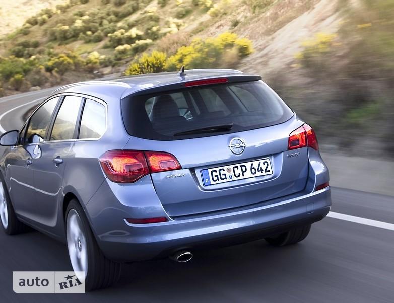 Opel Astra J Sports Tourer фото 1