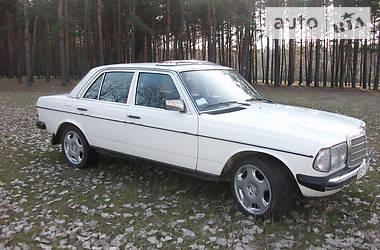 Mercedes-Benz 200 1977