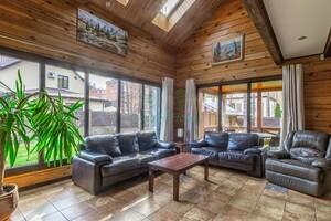 Продается дом на 2 этажа 208 кв. м с бассейном