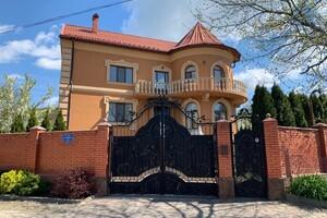 Продается дом на 2 этажа 273 кв. м с садом