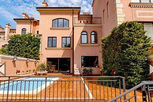 Продается дом на 3 этажа 608.3 кв. м с верандой