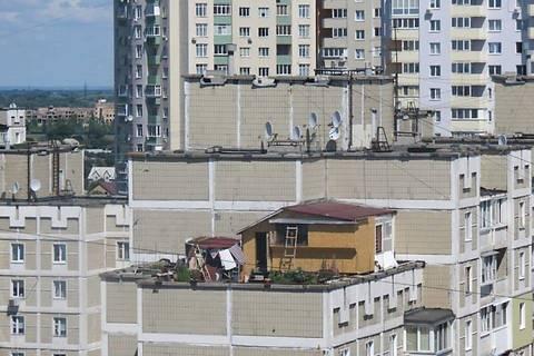 Владельца импровизированной «дачи» на крыше многоэтажки на Троещине оштрафовали на 12 тыс. грн.