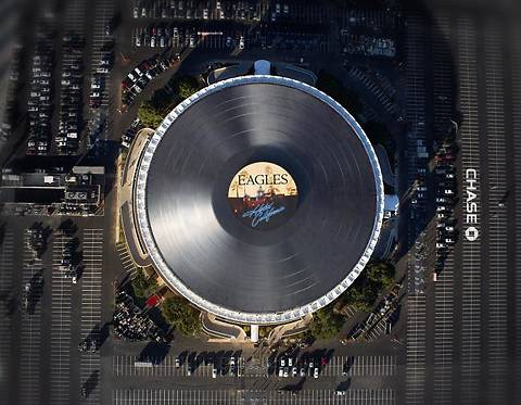 Самую большую в мире виниловую пластинку установили на крыше спортивной арены в Лос-Анджелесе