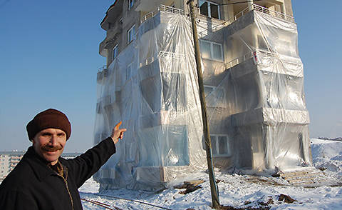 Житель Турции «утеплил» свой 5-этажный дом, обмотав его нейлоном