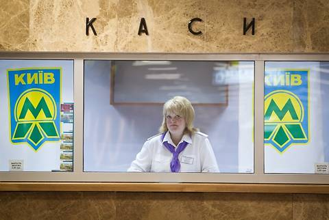 «Киевский метрополитен» прекращает продажу жетонов на двух станциях