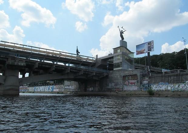 У Києві вирішили видалити графіті з Дніпровської набережної