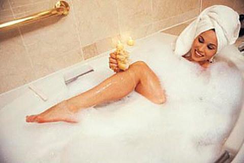 Девушка моется в ванной фото
