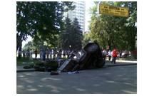 В Днепропетровске грузовик провалился под асфальт