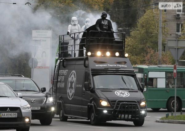 Дарт Вейдер верхом на Мерседесе разъезжает по Киеву