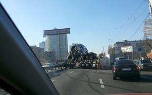 В Киеве перевернулась цистерна с маслом