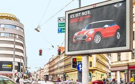 Билборды MINI Cooper научились передразнивать светофоры