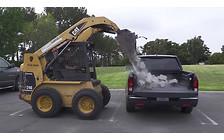 Прочность грузового отсека Honda Ridgeline проверили с помощью бетонных блоков