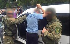 Хотели помочь: таможенник и пограничник попались на взятке.