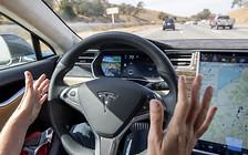 Tesla заставит держать водителей руки на руле