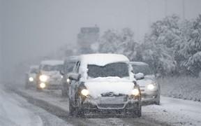 Снегопады обездвижили половину областей Украины