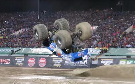 Видео: Сумасшедший ученый сделал переднее сальто на монстр-траке