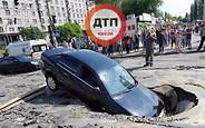 ЧП в Киеве: Автомобиль с мамой и ребенком ушел под асфальт