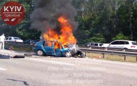 Под Киевом в результате ДТП сгорел автомобиль