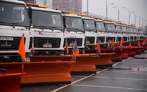Снег в Киеве: спецтехника на низком старте