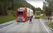 Видео: пассажиры маршрутки чуть не оказались под колесами фуры