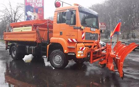 Борьба со снегом: спецтехника уже на дорогах Киева