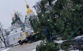Праздник близко: главная елка страны доставлена в Киев