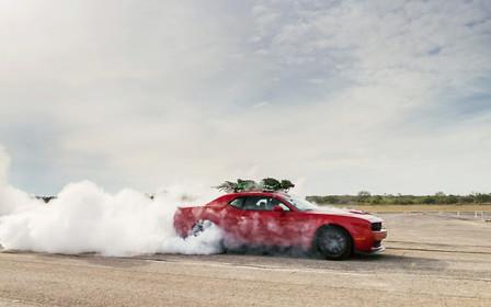 Ёлочка, лети! Dodge Hellcat прокатил новогоднюю ёлку на скорости 280 км/час