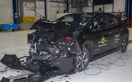 К стенке! Новый Nissan Leaf разбили на «пятерку»