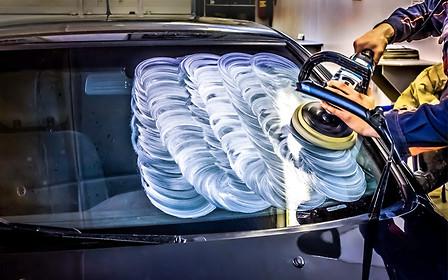 Все ясно: как убрать микроцарапины с лобового стекла автомобиля
