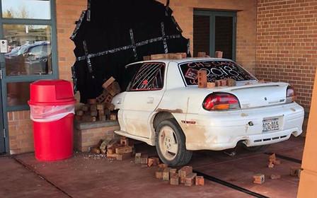 Старый Pontiac нашли торчащим из стены школы. Что случилось?