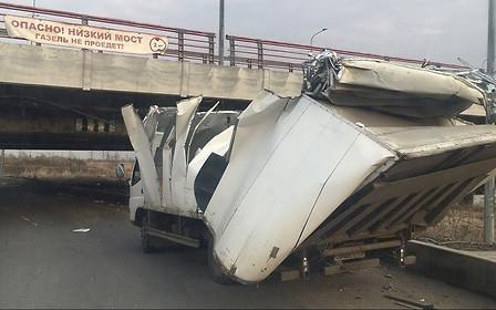 Газель не пройдет! Низкий мост против упертых водителей