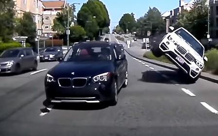 Последствия близости: BMW X4 встал на два колеса после столкновения с X1
