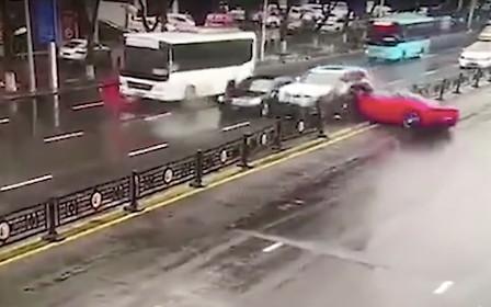 Видео: девушка разбила Ferrari через минуту после выезда от дилера