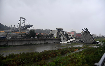 В Генуе рухнул автомобильный мост, сообщают о множестве погибших