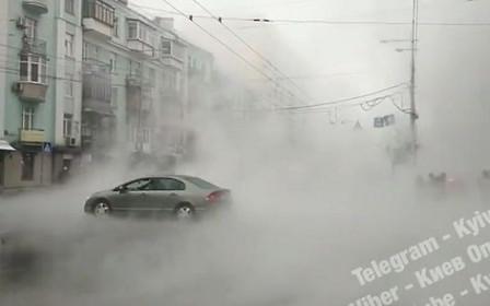 ВНИМАНИЕ! В центре Киева прорвало трубу. Движение затруднено