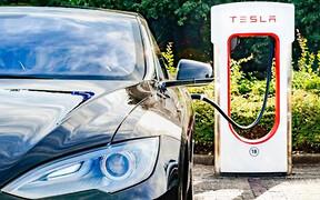 «Битые» Tesla могут лишиться функции быстрой зарядки. Дистанционно
