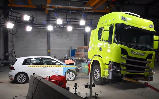Проверка «Гольфом»: легковушку разбивают о грузовик Scania ради безопасности. ВИДЕО