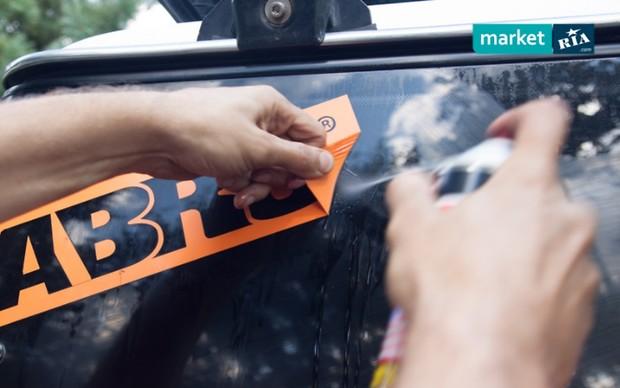 Як видалити сліди від скотча на машині