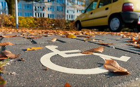 Інспектори з паркування зможуть штрафувати за зупинку на місцях для людей з інвалідністю