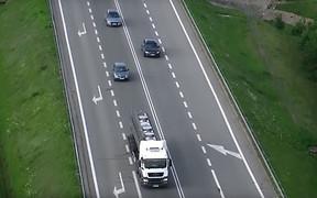 З повітря! Поліція в Польщі контролює порушення ПДР за допомогою дронів. ВІДЕО