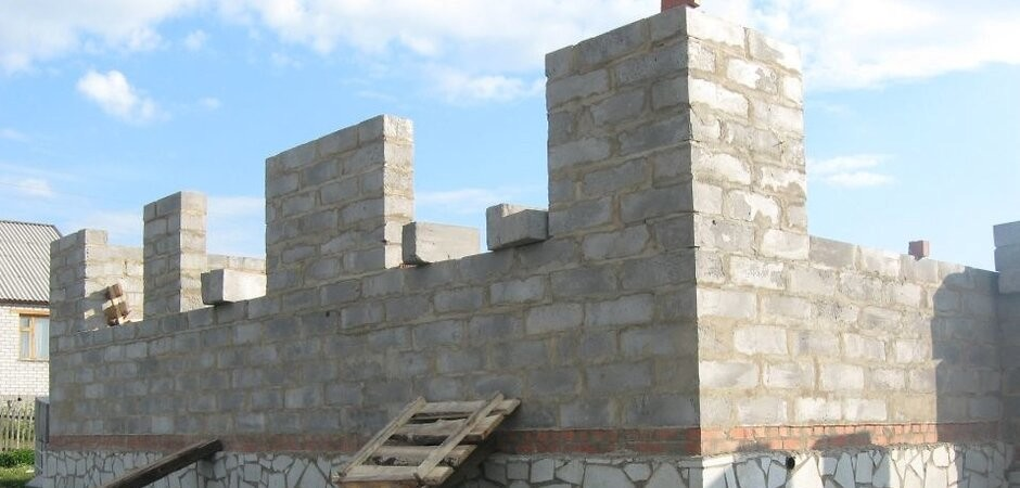 консервация дома с возведенными стенами