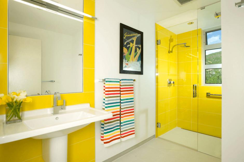 Белый с желтым в ванной комнате