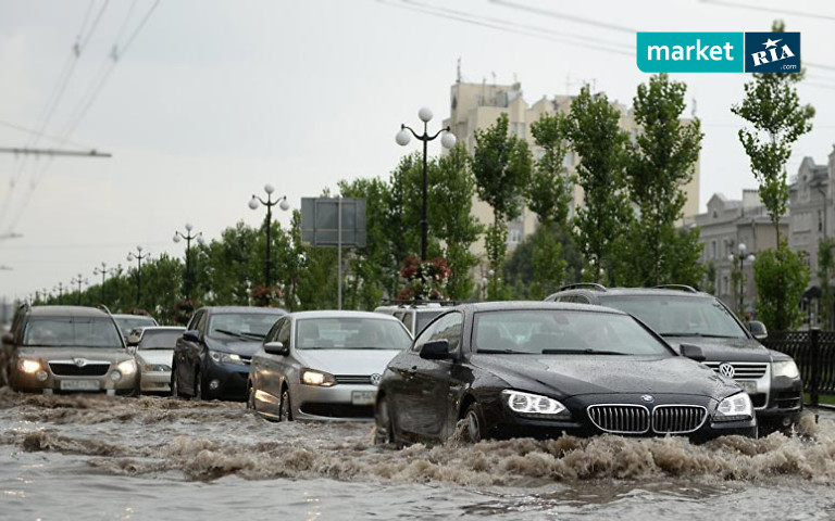 Машины едут по затопленной улице