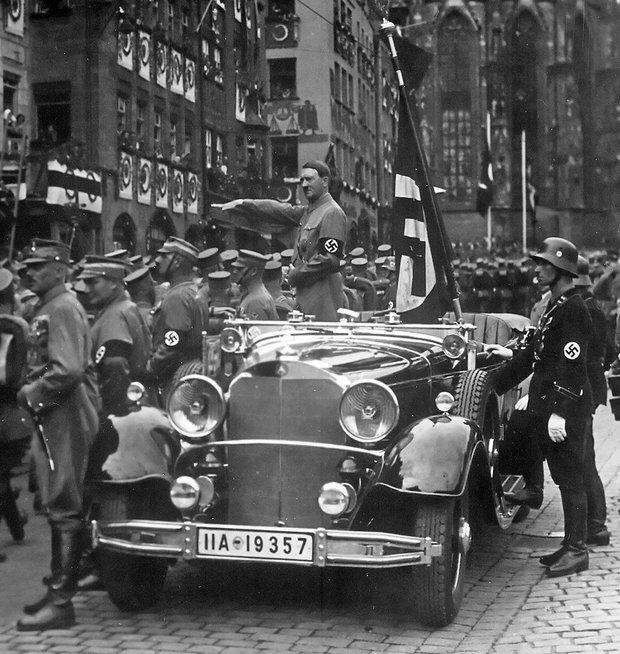 Гитлер принимает парад