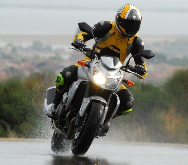 Уроки безопасности для мотоциклистов. Не ездить в дождь