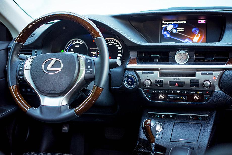 Салон Lexus ES300h