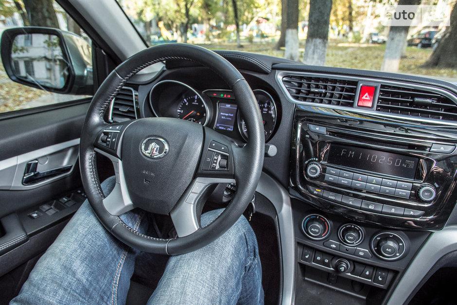 положение рук на руле фото
