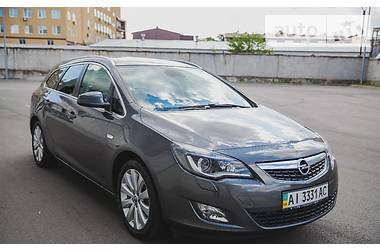Opel Astra J Sports Tourer. Full 2011