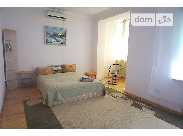 трехкомнатная квартира в Черновцах, район Центр, на Соборная площадь 3 в аренду на короткий срок посуточно фото 1