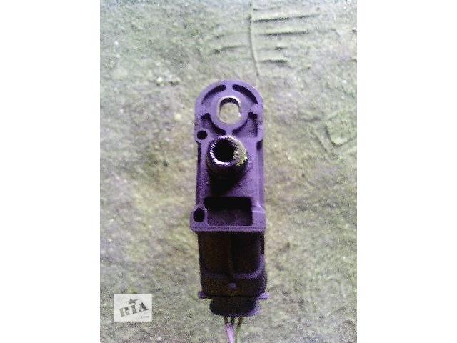 купить бу Б/у датчик давления воздуха в впускном коллекторе для легкового авто Renault Trafic 1,9dci (82001556 в Ковеле